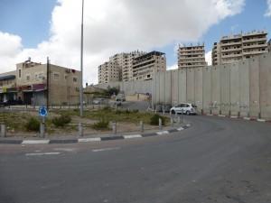 Jerusalem geteilt durch die Mauer, auf beiden Seiten wohnen Palästinenser...wer wird da vor wem geschützt