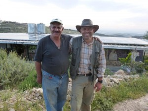 Daoud und daher (li) und die Stromzellen im Hintergrund