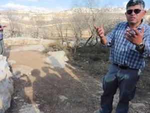 Daoud Nassar zeigt uns das am 19.5.2014 durch das Militär zerstörte Gebiet der Obstplantage