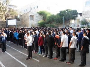 zum Schulbeginn die palästinensische Nationalhymne