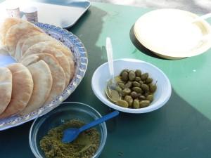 arabisches Buffet: Humus, Zatar, Oliven und Pitabrot