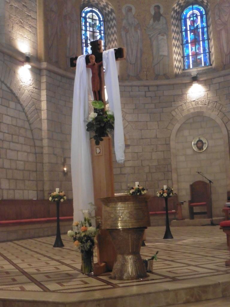 Auferstehungskreuz und Taufwasser
