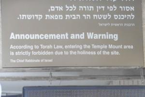 hier steht es weiß auf beige: Juden sollen nicht auf dem Tempelberg