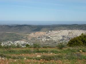 Blick auf das arabische Dorf Nihilin und die israelische Siedlung