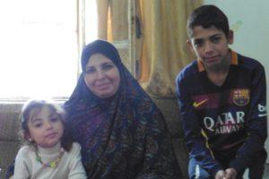 Nisreen Azzeh mit zwei ihrer vier Kindern