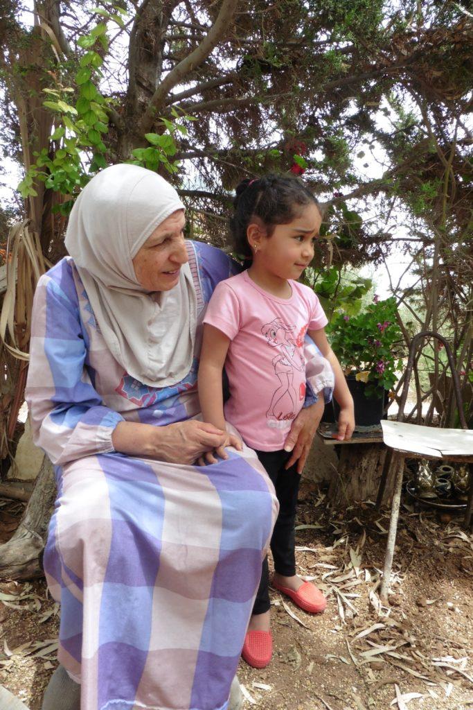 Fatima mit einem ihrer 16 Enkelkinder