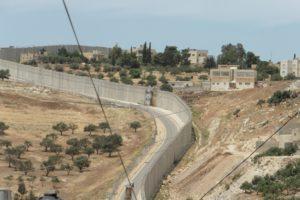 """Ein wahres """"Monstrum"""" die Mauer nicht nur hier in Abu Dis"""