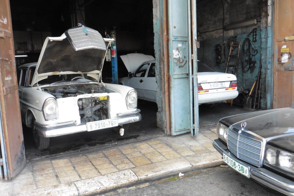 """auch das """"beliebteste"""" Auto der Palästinenser: der deutsche Mercedes, muss mal in die Werkstatt"""