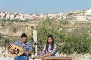 junge palästinensische Musiker mit arabischer Zittre und