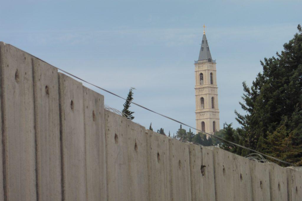 scheinbar so nah...und doch so weit: die russisch-orthodoxe Himmelfahrtskirche in AtTur von Abu Dis (hinter der Mauer) aus gesehen