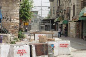 """Die Absperrung zur Shuhadastrasse wirkt wie ein """"Bollwerk"""""""