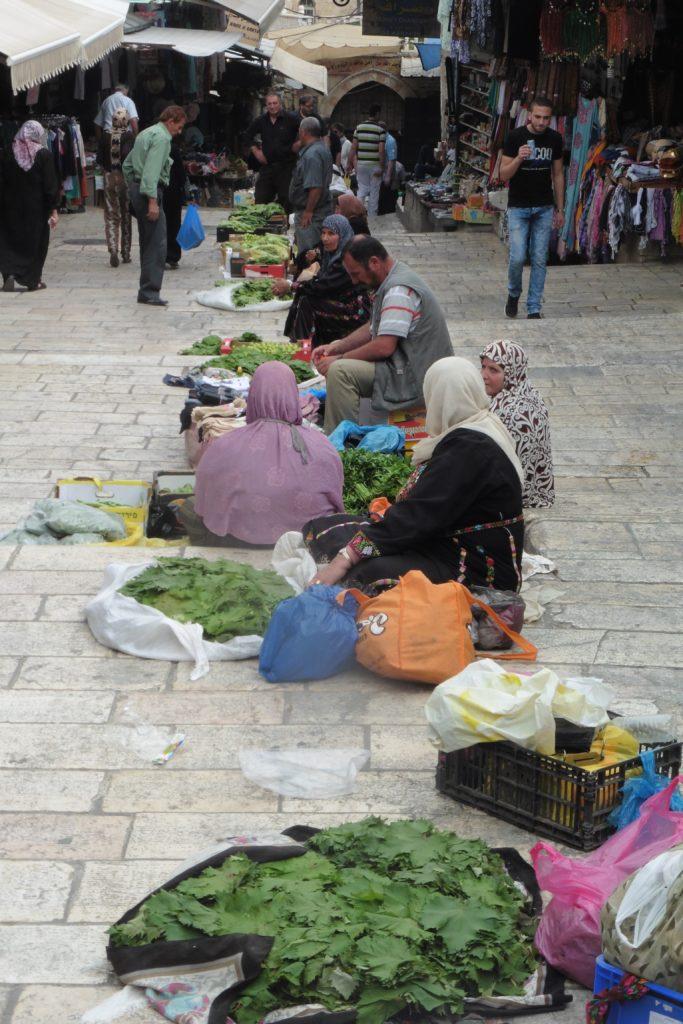 am Damaskustor: palästinensische Frauen bieten frische Ware aus der Umgebung an.