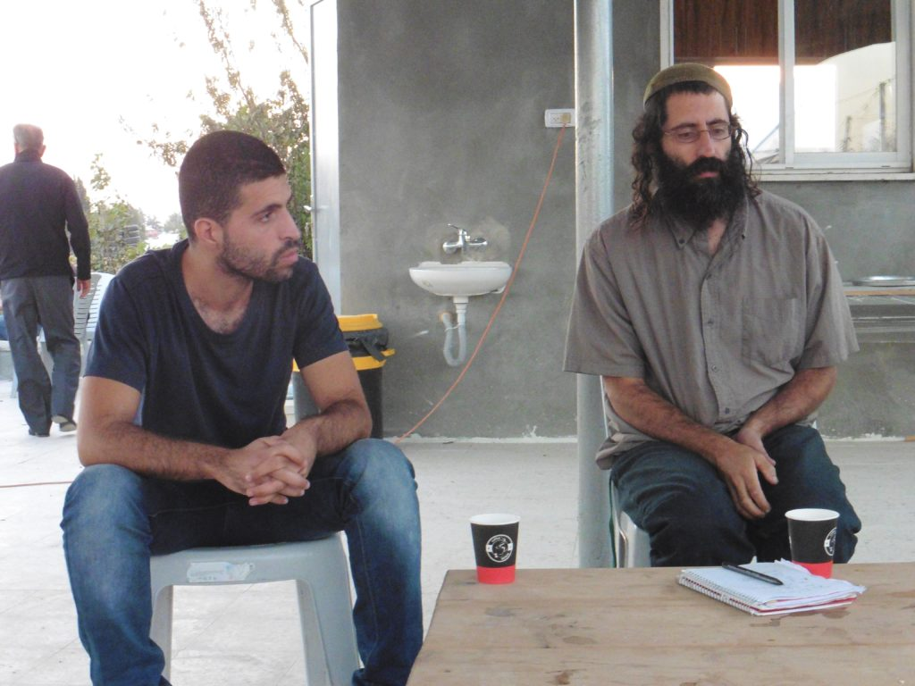 mit Saul und Noor (li) von Roots im Gespräch